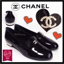 CHANEL ICON Round Toe Blended Fabrics Leather Loafer Pumps & Mules