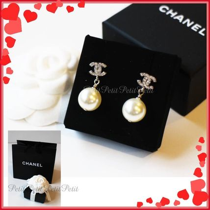 Sparkling CC mark + shaking pearl earrings