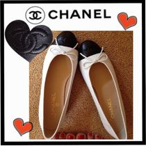 CHANEL Round Toe Bi-color Leather Elegant Style Flats
