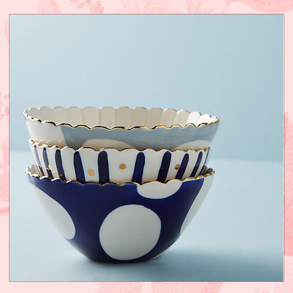 There are multiple pretty ball dishes for gifts