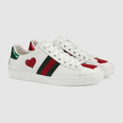Low top sneaker with embroidery
