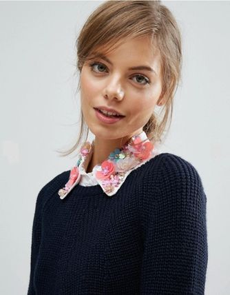 Collar decorated with flowers