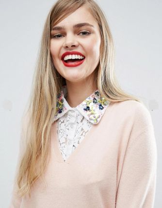 Collar decorated with lace