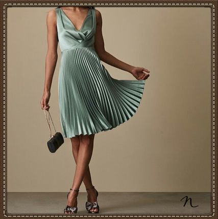 Sleeveless Flared V-Neck Plain Medium Party Style Dresses