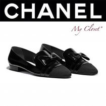 CHANEL ICON Round Toe Casual Style Enamel Blended Fabrics Chain Plain