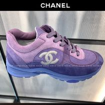CHANEL Plain Toe Casual Style Suede Plain Logo Low-Top Sneakers