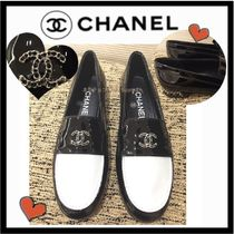CHANEL ICON Round Toe Casual Style Bi-color Chain Plain Leather