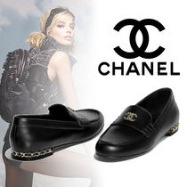 CHANEL Round Toe Chain Plain Leather Loafer Pumps & Mules