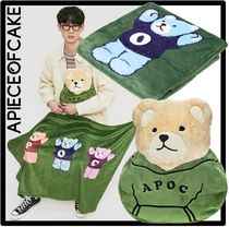 A PIECE OF CAKE Unisex Throws